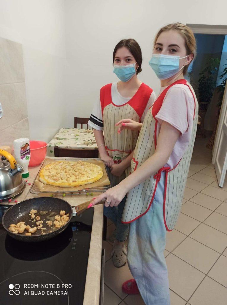 Pizza w trakcie robienia