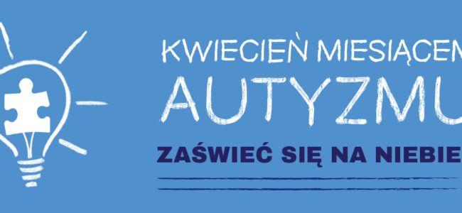 plakat autyzm, zaświeć się na niebiesko, duże napisy na niebieskim tle
